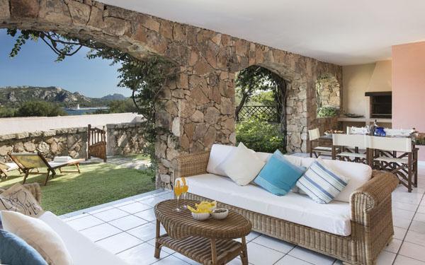 Ville resort cala di falco a cannigione in costa smeralda for Arredi costa smeralda